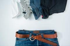 укомплектуйте личным составом вскользь обмундирования аксессуары моды изолировали белизну, (рубашка, je стоковое фото