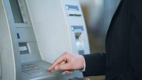 Укомплектуйте личным составом входя в код штыря на клавиатуре ATM и евро получать, 24 обслуживания часа сток-видео