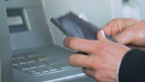 Укомплектуйте личным составом входя в персональный код на ATM и долларовые банкноты получать, подсчитывая деньги акции видеоматериалы