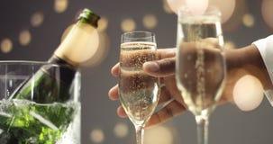 Укомплектуйте личным составом выбирать вверх стекло шампанского с пузырями Стоковые Фотографии RF