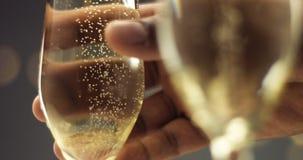 Укомплектуйте личным составом выбирать вверх стекло шампанского с пузырями Стоковое Изображение RF