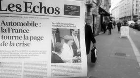 Укомплектуйте личным составом газету отголосков Les француза чтения покупая на улице киоска прессы акции видеоматериалы
