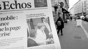 Укомплектуйте личным составом газету отголосков Les француза чтения покупая на улице киоска прессы видеоматериал