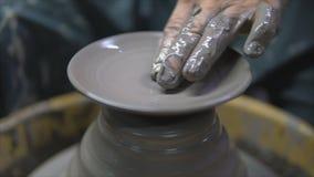 Укомплектуйте личным составом гончара делая керамический бак на колесе гончарни сток-видео
