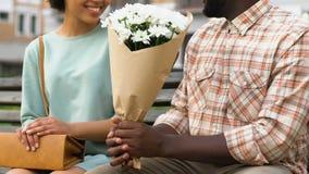 Укомплектуйте личным составом давать букет цветков к даме, подарков floristics, приятного сюрприза видеоматериал