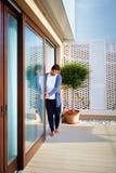 Укомплектуйте личным составом двери сползая стекла отверстия на патио дома Стоковые Изображения RF