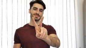 Укомплектуйте личным составом делать знак мира или победы с 2 пальцами Стоковое Изображение RF