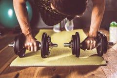 Укомплектуйте личным составом делать разминку в спортзале на циновках йоги стоковые фотографии rf