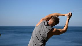 Укомплектуйте личным составом делать тренировку подогрева на океане Свежий воздух и здоровый образ жизни сток-видео