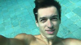Укомплектуйте личным составом делать selfi пока ныряющ в бассейне Подводное заплывание Заплывы Гая в тазе видеоматериал
