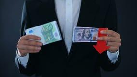 Укомплектуйте личным составом держать банкноты, доллар падая по отношению к евро, анализу фондовой биржи акции видеоматериалы