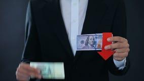Укомплектуйте личным составом держать банкноты, доллар падая по отношению к русскому рублю, фондовой бирже акции видеоматериалы