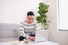Укомплектуйте личным составом держать белую чашку кофе и сидеть с тетрадью на люксе стоковая фотография rf