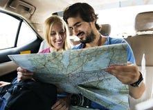 Укомплектуйте личным составом держать карту показывая ее подруге их следующий стоп Стоковое Изображение