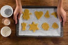 Укомплектуйте личным составом держать поднос выпечки полный печений хлеба имбиря Стоковое Фото