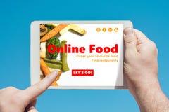 Укомплектуйте личным составом держать прибор таблетки посещая онлайн вебсайт еды и стоковое изображение rf