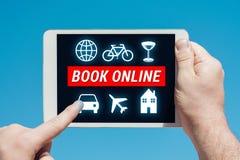 Укомплектуйте личным составом держать прибор таблетки с концепцией книги онлайн стоковая фотография rf