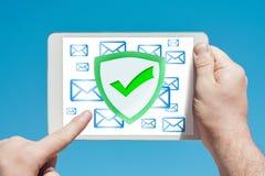 Укомплектуйте личным составом держать прибор указывая на анти--спам, безопасность f таблетки Стоковые Фотографии RF
