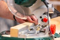 Укомплектуйте личным составом древесину sawing с круглой пилой на clouse верстака вверх Стоковое Изображение RF