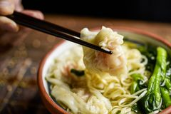 Укомплектуйте личным составом еду супа лапши wonton креветки с choy суммой Стоковая Фотография