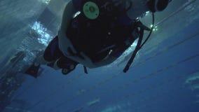 Укомплектуйте личным составом заплывание водолаза акваланга в глубоком бассейне во время тренировки на курсе дайвинга видеоматериал