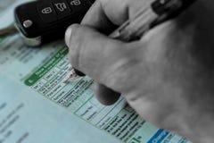 Укомплектуйте личным составом заполнять в новом разделе хранителя регистрационного журнала автомобиля Великобритании V5C Стоковая Фотография RF