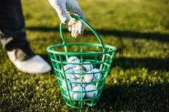 Укомплектуйте личным составом играть гольф на поле для гольфа в солнце Стоковые Фото