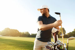 Укомплектуйте личным составом игрока в гольф принимая вне гольф-клуб от сумки Стоковое Фото