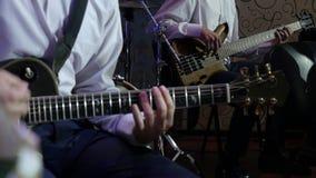 Укомплектуйте личным составом игры электрическая гитара в оркестре джаза сток-видео