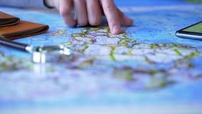 Укомплектуйте личным составом изучать континент Африки на карте, выбирая назначение перемещения на каникулы стоковое изображение rf