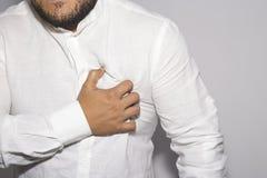 Укомплектуйте личным составом иметь боль в сердце на белизне стоковое изображение rf