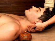 Укомплектуйте личным составом иметь массаж шеи в салоне спы Стоковое Изображение RF