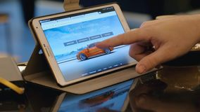 Укомплектуйте личным составом исследуя место ebay ища используемый автомобиль Tesla используя ПК таблетки в кафе видеоматериал