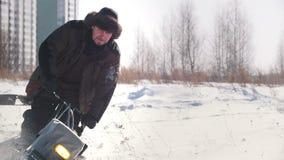 Укомплектуйте личным составом катание на снегоходе crawler мини в зиме через снег видеоматериал