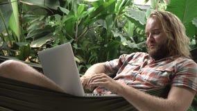 Укомплектуйте личным составом класть в гамак используя компьтер-книжку и усмехаться видеоматериал