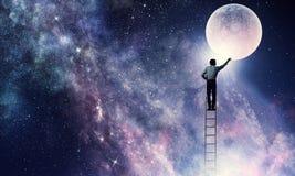 Укомплектуйте личным составом которое получает луну Мультимедиа стоковые фотографии rf