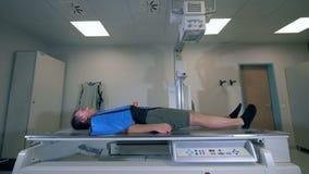 Укомплектуйте личным составом лежать на современной машине блока развертки рентгеновского снимка сток-видео