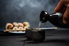 Укомплектуйте личным составом лить ради в sipping шар стоковое фото