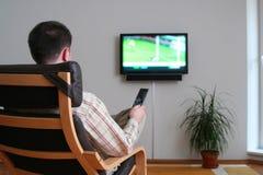 укомплектуйте личным составом наблюдать tv Стоковая Фотография