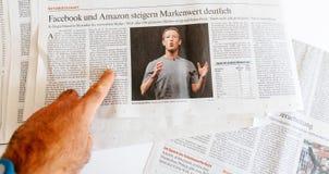 Укомплектуйте личным составом намерение главного исполнительного директора Zuckerberg Facebook газеты чтения продать Стоковые Фотографии RF