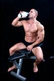 Укомплектуйте личным составом наслаждаться бутылкой воды после тренировки стоковые фото