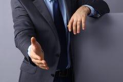 Укомплектуйте личным составом носить костюм предлагая трясти руки Стоковое фото RF
