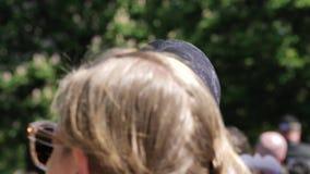 Укомплектуйте личным составом нося маску Meghan Marke идя на парк зеленого цвета Виндзора сток-видео