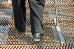 Укомплектуйте личным составом нося старые поцарапанные ботинки делая трудный шаг стоковое фото rf