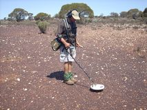 Укомплектуйте личным составом обнаруживать для золота на goldfields западной Австралии Стоковые Фото