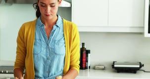 Укомплектуйте личным составом обнимать женщину в кухне пока подготавливающ салат в кухне видеоматериал