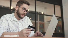 Укомплектуйте личным составом оплачивать онлайн карточкой банка на компьтер-книжке сток-видео