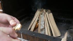 Укомплектуйте личным составом освещать вверх по деревянной части подготавливая костер снаружи для варить - акции видеоматериалы