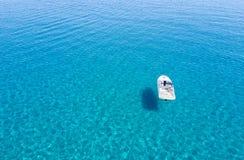 Укомплектуйте личным составом ослаблять в его шлюпке в Эгейском море Стоковое Изображение