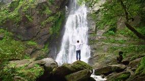 Укомплектуйте личным составом ослаблять с водопадом свободы красивым в лесе национального парка на водопаде Lan Khlong акции видеоматериалы